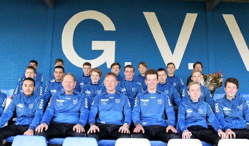 G.V.V.V. JO17-1 met de stafleden showen de nieuwe trainingspakken.