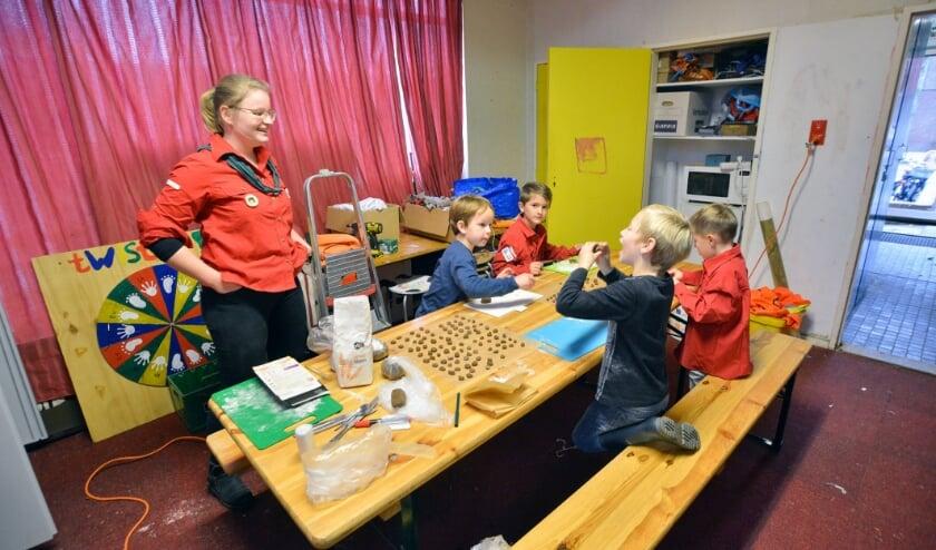 <p>De Bevergroep van Scouting Montfoort aan het Pastoor Spaanplein maakt pepernoten.</p>