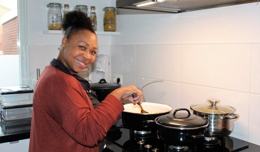 <p>Marjorie is aan het koken voor haar catering. (Foto: Annemarie van der Ploeg)</p>