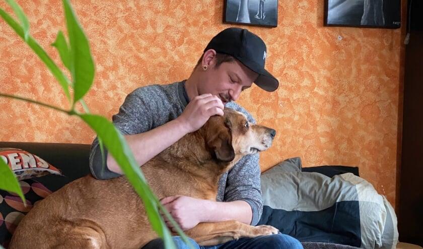 <p>Het kost Martijn moeite een plekje te zoeken voor de foto. In elk geval moet hond Kwast op schoot. (Foto: Pris Tatipikalawan)</p>