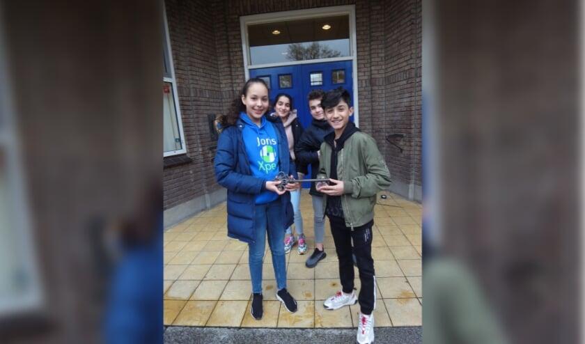<p>Twee leerlingen van de Jorismavo overhandigen de &quot; schoolsleutel aan twee leerlingen van het Pontem College</p>