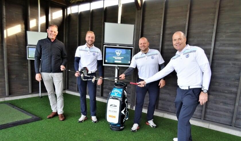 <p>Baanmanager Gerd-Jan Toonen en de golfpro&#39;s Michael Versteege, Bart Pons en Fred Mol (vlnr) daagden elkaar al uit op de Toptracer.</p>