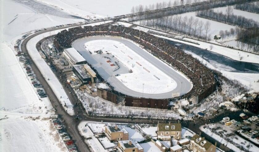<p>Aan de oever van de IJssel opende in 1962 de Deventer kunstijsbaan haar poorten. Na 30 jaar trouwe dienst werd in 1992 het Deventer IJsselstadion gesloten. &nbsp;&nbsp;</p>