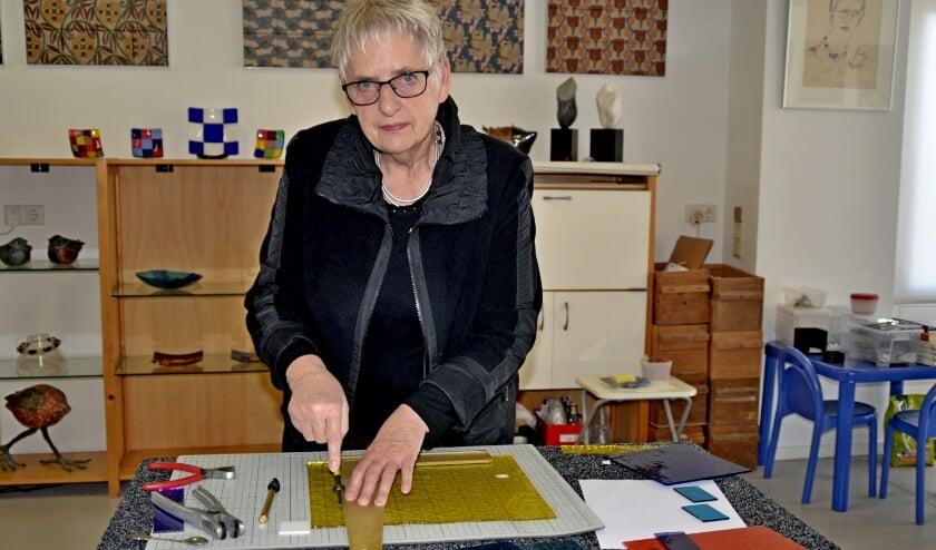 """<p>Frouwien Soenveld aan het werk met glas: """"Glas en klei zijn voor mij tekenpapier"""" (foto Jan Boer)</p>"""