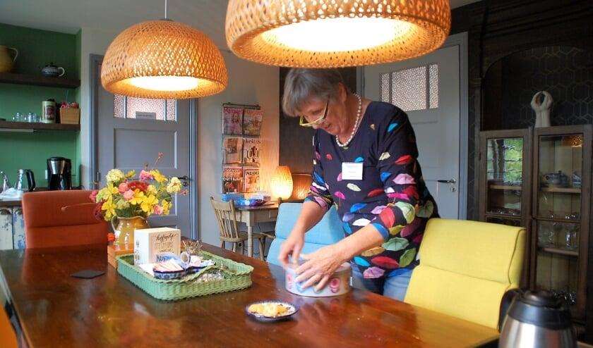 Een belangrijk deel van het werk van vrijwilligers zoals Klair Zaman bestaat uit huishoudelijke taken. Dat zorgt mede voor een huiselijke sfeer in het Bijna Thuis Huis.