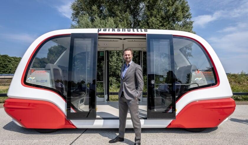 <p>Maarten Struijvenberg tijdens de aankomst van de nieuwe Parkshuttle. &#39;We hebben weer een wereldprimeur!&#39; (Gemeente Capelle/Jan Kok)</p>