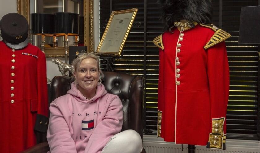 <p>Yvonne Kaats-de Swart met haar twee pronkstukken die vaak voor een glimlach op haar snoet zorgen. (foto: Bas Bakema)</p>