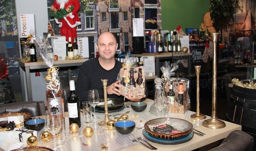 <p>Peter Houthuijzen in de tijdelijke kerstwinkel in zijn horecabedrijf aan het Remigiusplein in Duiven.</p>