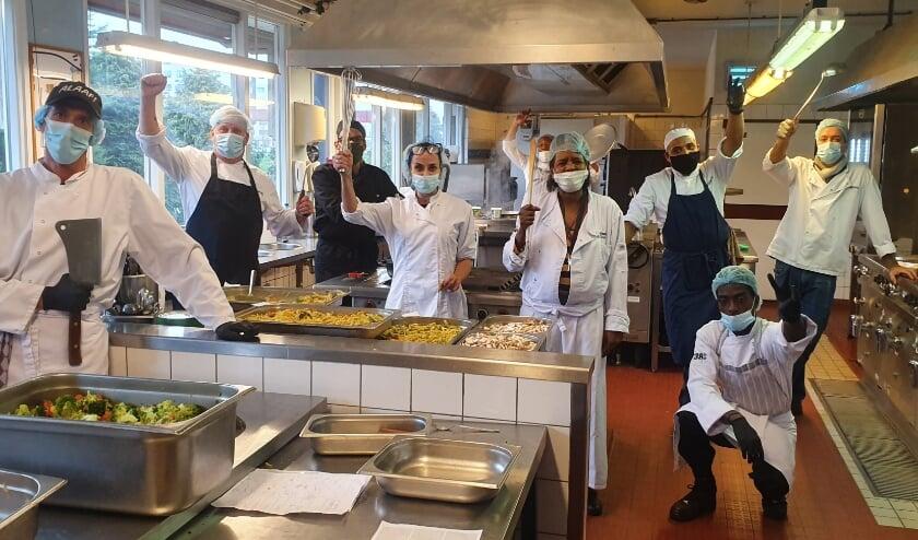 <p>De passie spat er vanaf bij Kookclub-Catering in Charlois! (Foto: Peter van Drunen)</p>
