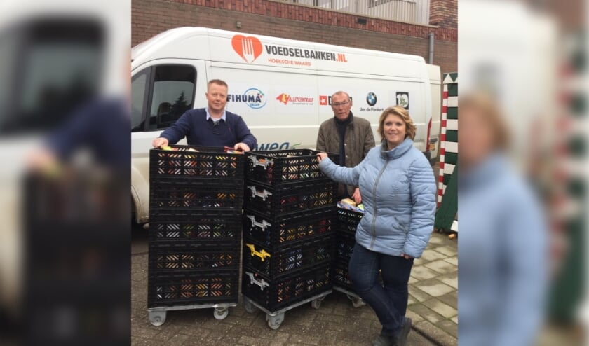 <p>V.l.n.r. Mario van der Linden (Plus Schalkoord), chauffeur Voedselbank en Rianne Frisart (Dorpsvereniging Filopopers)&nbsp;</p>