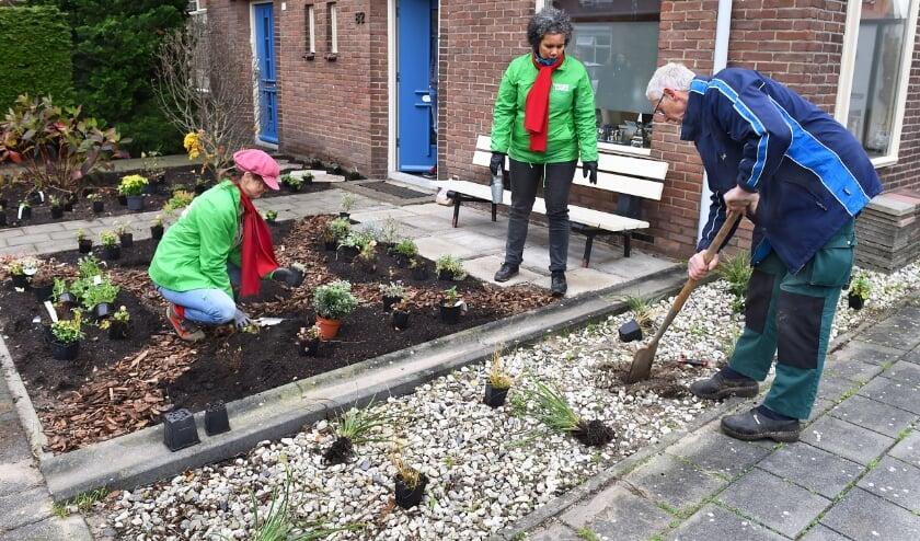Vlnr Anne Marie, Marcella en Adri zijn vrijwilligers project Sociaal Tuinieren.