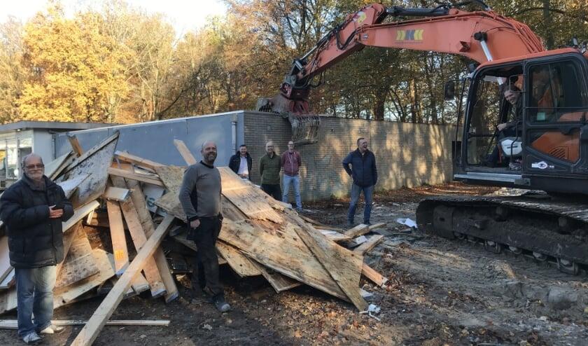 <p>Onder toeziend oog van het bouwteam van Unitas verricht wethouder Marcel Companjen de eerste sloophandeling. (foto: Marco Jansen)</p>