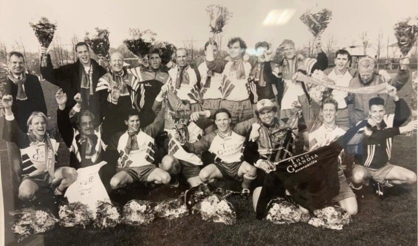 <p>Johan van Houten, zittend onder in het midden, maakte in de jaren tachtig de vijf mooiste jaren met DSC mee.&nbsp;</p>