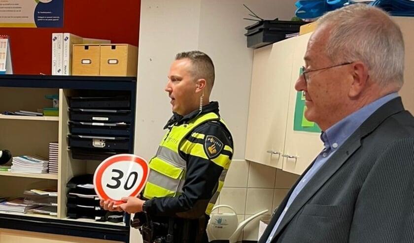 <p>Wethouder Bob Bergkamp en wijkagent Arjan van der Hoek. (Foto: gemeente Oldebroek)</p>