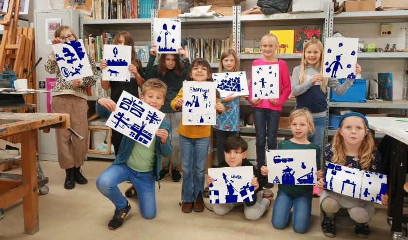 <p>De jonge kunstenaars tonen hun werk voor de Sint EXPO.</p>