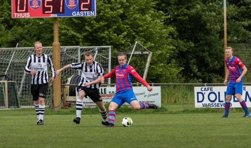 <p>NVC-linksback Remco Wieggers (midden) komt net te laat om de bal te veroveren tegen Westendorp. Bron: Westendorp</p>