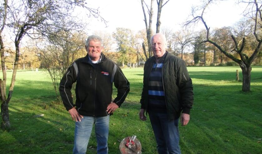 <p>Jan Jansen (links) en Gert Jansen bij een melkbus die wordt gebruikt bij het carbidschieten. &quot;Het is essentieel dat carbidschieten gebeurt met ervaren mensen en niet in woonwijken of straten.&quot; (Foto: Leo Polhuijs)</p>