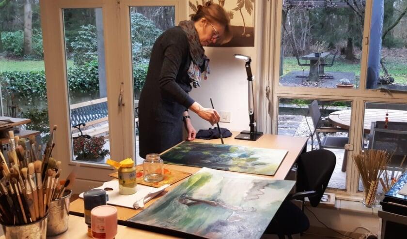 <p>Ariadne Leefoge in haar atelier te Klarenbeek.</p>