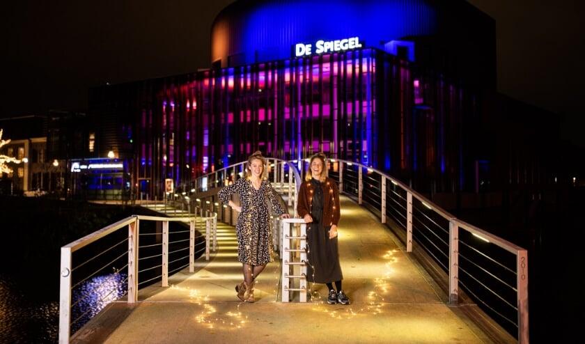 <p>Fieke van der Panne en Yuna Linde van theater De Makkers.</p>