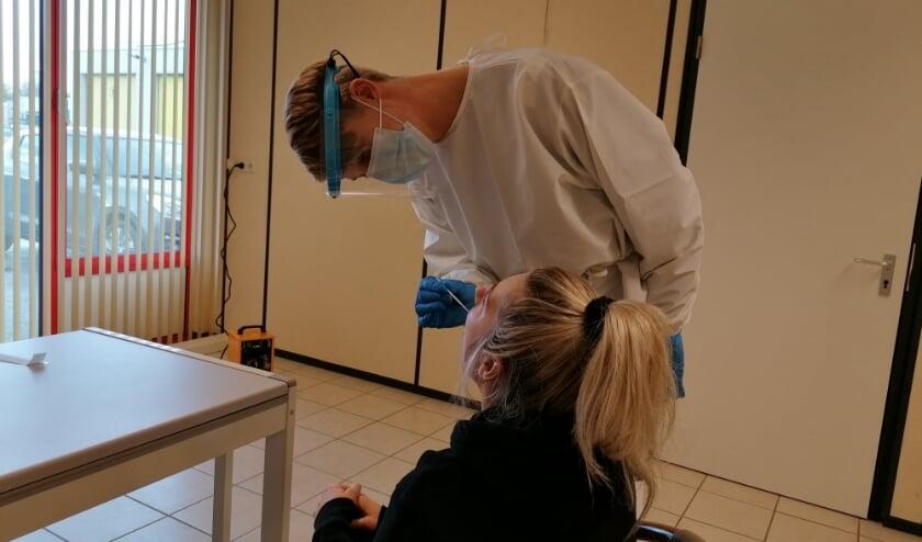 <p>Een antigenen test bij Sneltest Harderwijk uitgevoerd door een medewerker van Hestia.</p>