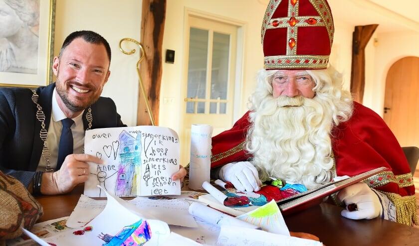 Burgemeester Otwin van Dijk en Sinterklaas,