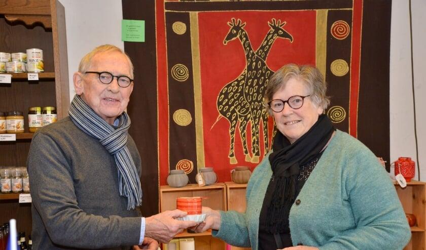 <p>Gusta de Jong-Bakker (r) zit met haar Wereldwinkel al weer 20 jaar in de oude melkwinkel van Wim van der Graaf (l). Foto: Paul van den Dungen</p>
