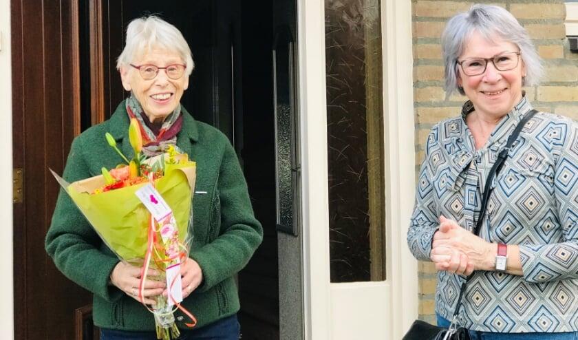 <p>Joke Mennen bood vaste bezoekster mevrouw Etman een bloemetje aan.</p>