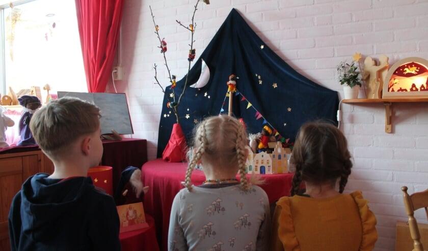 <p>Kinderen kijken naar Sinterklaasdorp. (foto: Vrije School Valentijn)</p>