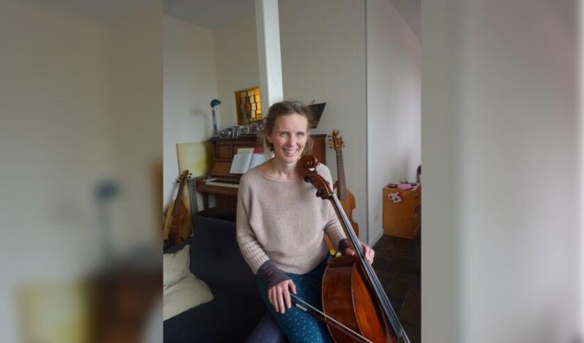 Celliste Mariette Freijzer speelt Bach voor mensen die niet meer beter worden