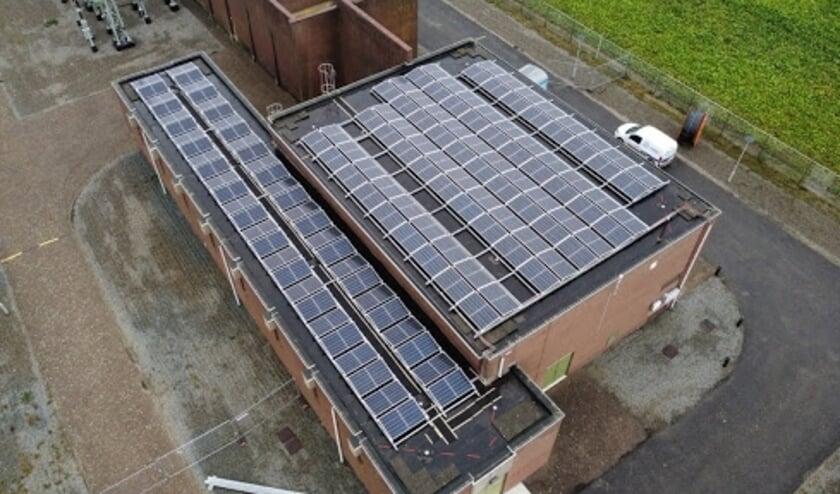 Netbeheerder Enduris laat totaal 2000 zonnepanelen op haar eigen hoogspanningsstations in Zeeland plaatsen. Samen wekken deze zonnepanelen 550 megawattuur aan duurzame elektriciteit voor eigen gebruik op. Enduris brengt hiermee haar eigen CO2-uitstoot met 80 ton per jaar omlaag.