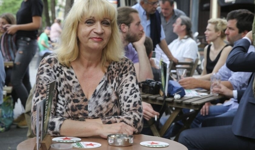 <p>Tineke Speksnijder bij caf&eacute; de Schouw.</p>