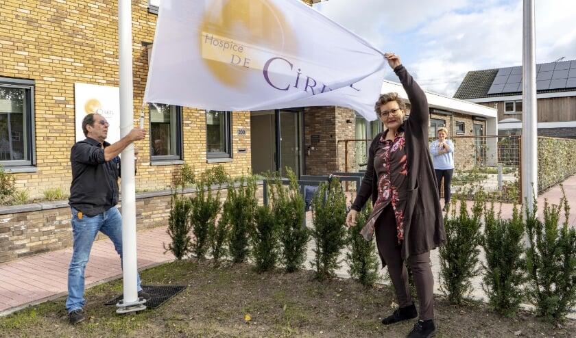 <p>Hospice De Cirkel is vanaf 12 november officieel open. Samen met vrijwilliger Henry Stok hijst co&ouml;rdinator Iris van Putten de vlag. (Foto: JC Brouwer Media)</p>