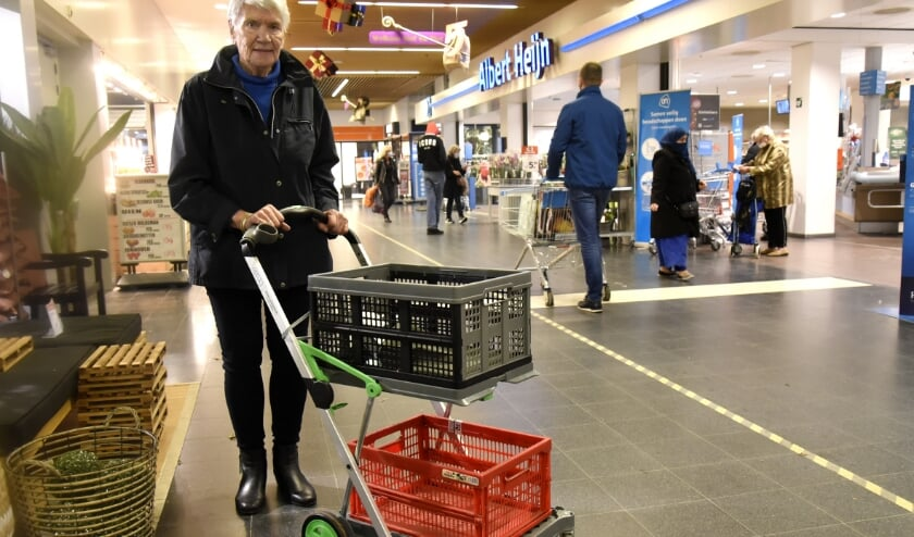 <p>Nel Hovius (84) werd onterecht de toiegang tot Albert Heijn geweigerd vanwege haar boodschappenwagen. Foto: Marianka Peters</p>