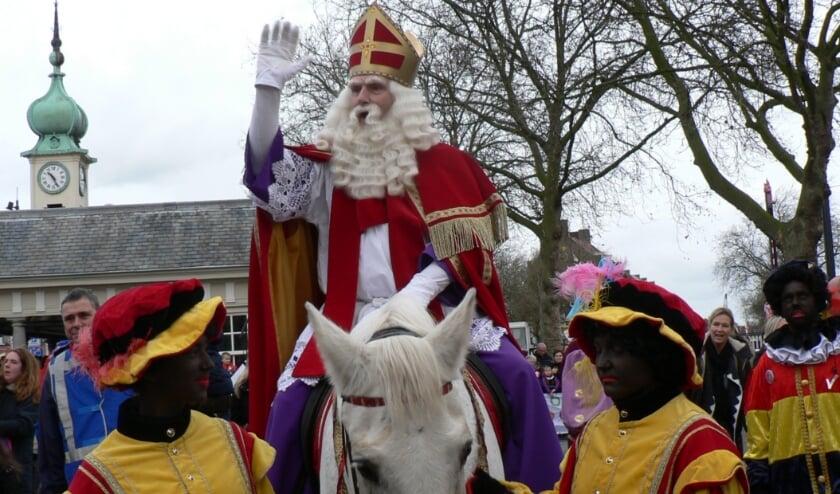 <p>Dit jaar geen intocht van Sinterklaas in Vlaardingen. Hij is echter wel in de stad en dit jaar alleen met roetveegpieten, maar hoopt volgend jaar weer met de stoomboot de Oude Haven in te kunnen varen.&nbsp;</p>