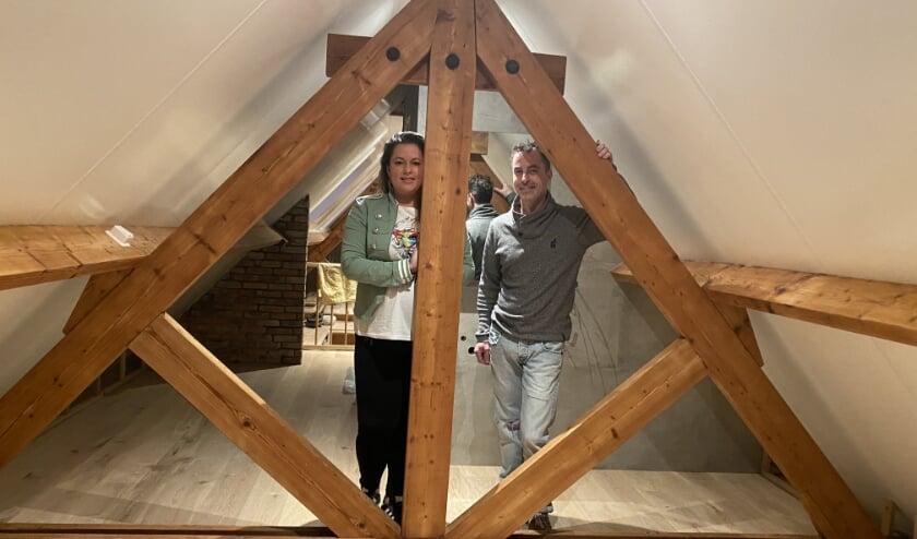 <p>Dewy en Danny op zolder, waar binnenkort twee dochters kunnen slapen. (foto: Karin van der Velden)</p>
