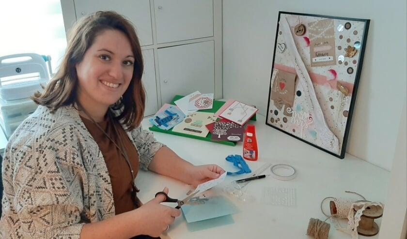 <p>Jessica vult haar extra tijd thuis nu met creatief bezig zijn, zoals met het maken van kaarten. Ze verveelt zich niet. (Foto: Gerrie Baarslag)</p>