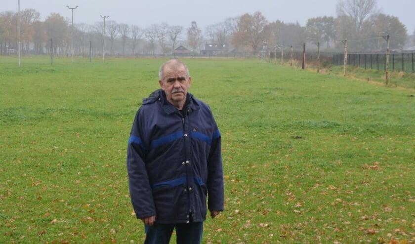 <p>Voorzitter Jan ter Velde in zijn vertrouwde omgeving aan de Koelweg. ''Zonder de steun van sponsors zou het vrijwel onmogelijk zijn om onze club met twintig leden te laten voortbestaan.'' (Foto: Dick van der Veen)&nbsp;</p>