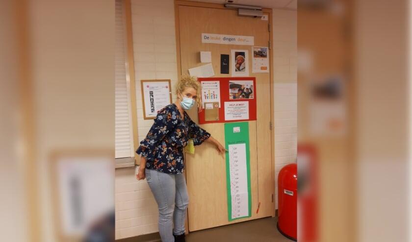<p>Heleen Langkamp van Frion wijst naar de stand: 130 pakketjes zijn gemaakt en verkocht.</p>