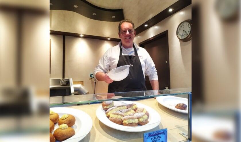 <p>Rick van der Vorst schenkt ook dit jaar weer honderden versgebakken oliebollen aan Voedselbank Zevenaar. (foto: PR)</p>