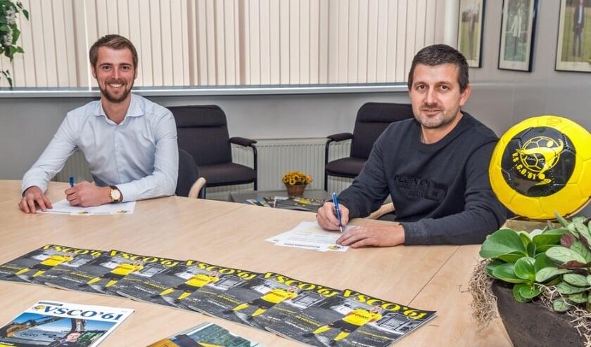 <p>Everhard Polinder (r,) en Sjoerd Kwakkel ondertekenen de nieuwe cosponsorovereenkomst.</p>