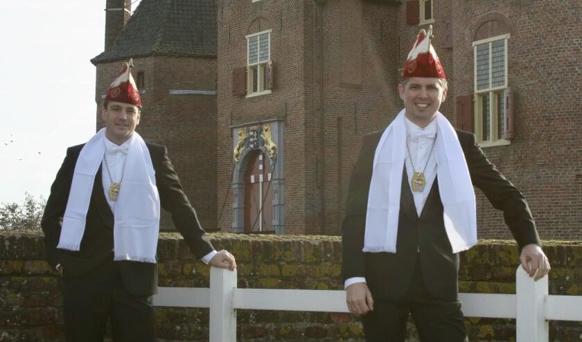 <p>De nieuwe raadsleden Jack de Stoorzender en Stefan de Raddraaier op gepaste afstand voor kasteel Ammersoyen.</p>