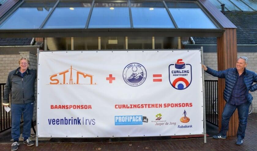 <p>Baansponsor Willem Veenbrink (l) en Ren&eacute; Damme van de ijsclub met de banner van Curling Montfoort. (Foto: Paul van den Dungen)</p>