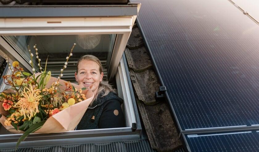 <p>De 2000ste woning die zonnepanelen op het dak ge&iuml;nstalleerd kreeg, betrof de huurwoning van Esther Wehrmeijer. Foto: Ilja Huner&nbsp;</p>