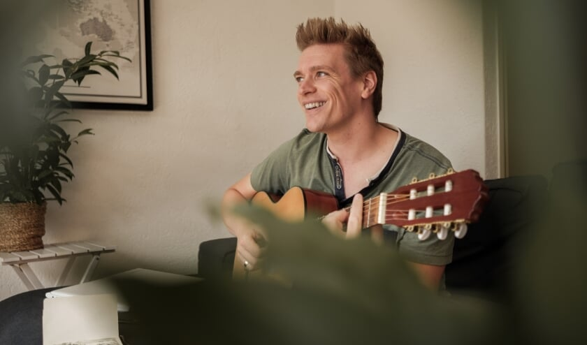 Martin ter Denge (Rijssen) speelt en zingt de Twentse bewerking van Bob Dylans Desolation Row.