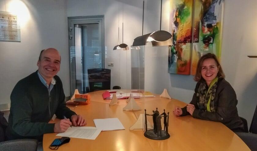 Nico Bosland en Liesbeth Oldeman bij de ondertekening