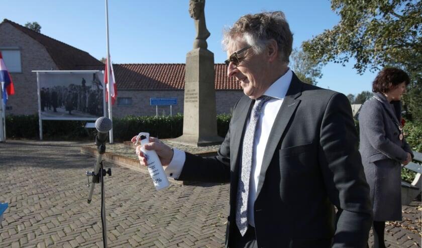 <p>Dorpsraadvoorzitter Ronald de Croock van Eede ontsmet de microfoon.</p>