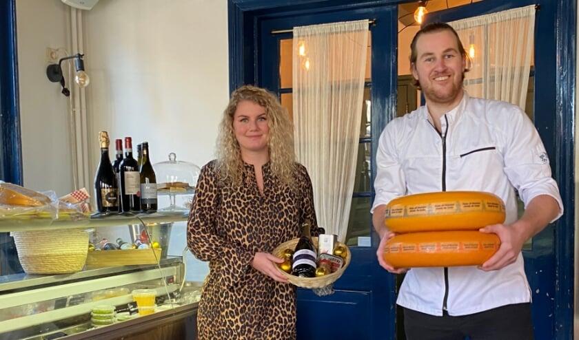 <p>Uitbaatster Roos van der Woude en medewerker Eric in de restaurantruimte, die nu is ingericht als winkel voor onder meer kaas, borrelhapjes en wijnen. (Foto: Janneke Severs-Hilgeman)</p>