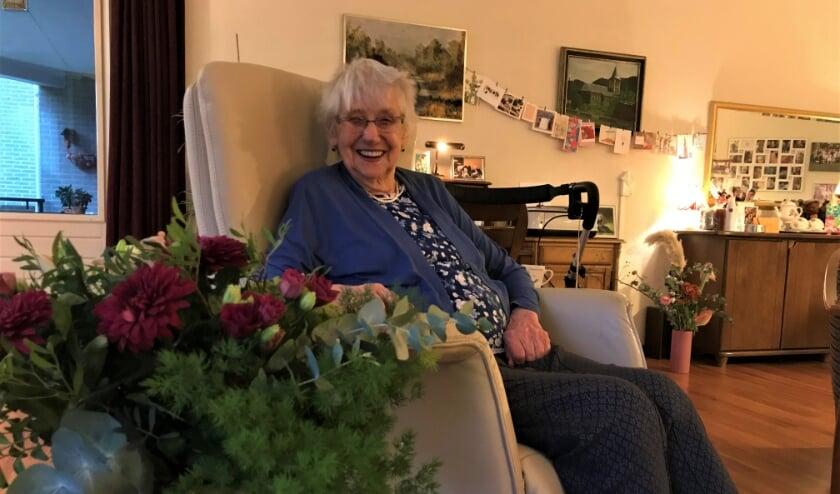 Betty de Wit is bedolven onder kaarten en bloemen voor haar negentigste verjaardag
