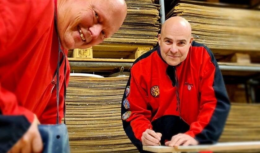 <p>Rob van de Werken (l) en Jeroen Boumans van Les Boutonniers zijn begonnen met de bouw van een miniatuur Prinsenwagen voor de mini carnavalsoptocht in Knopengein. Foto: Les Boutonniers</p>