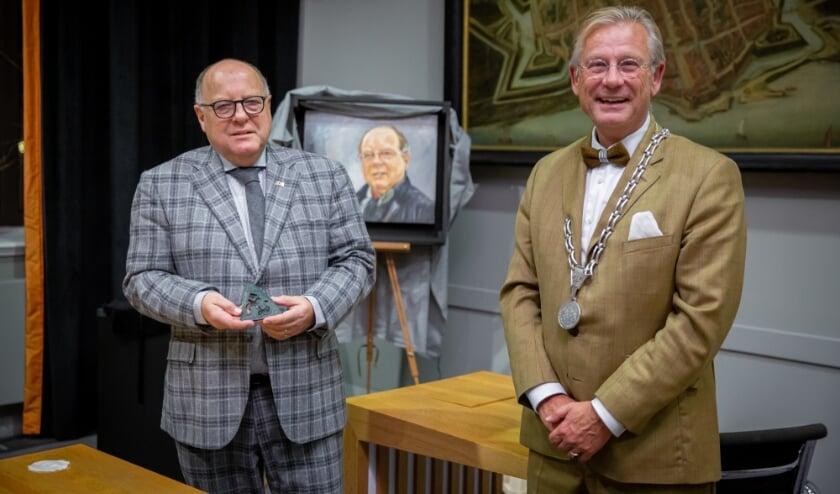 <p>Kees Metz ontving vorige week een gemeentelijke onderscheiding uit handen van burgemeester Van Maaren.</p>